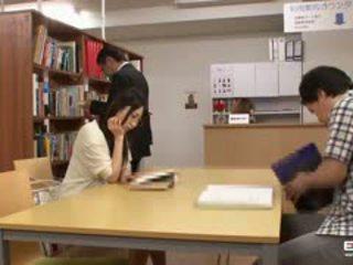 Ondeugend japans students geneukt in de bibliotheek