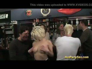 Gangbang bij de cocktail bar