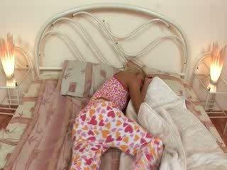 Blondie jerkingoff de pe înainte o somn