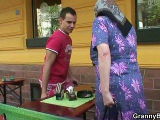 Mengerang nenek rides keras meat