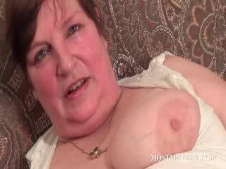 Chesty rijpere satisfies puss met dildo
