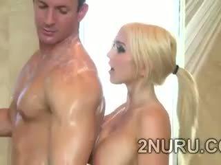 Besar stacked blondie seduces hunky perv di itu pancuran air
