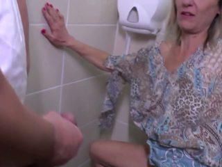 Urinējošas un rupjības jāšanās ar pieauguša māte: bezmaksas hd porno e4