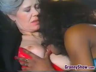 Lesbiete vecmāmiņa loves saldas melnas vāvere
