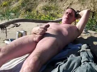 Lång slow kuk show på offentlig beach