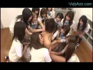 Guy getting sucked kissed av många modeller i den klass rum