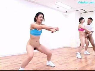 Guy stopping il tempo su il aerobica classe stripping ragazze o