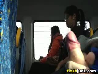 Flashing een hard lul in asia op de trein