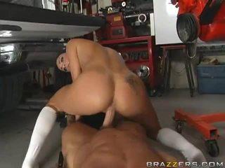 Секси брюнетка gets прецака от а mechanic's видео