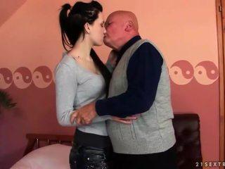 Ļoti vecs vectēvs loves pusaudze meitene