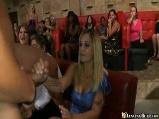 Male stripper goes apkārt reciving bjs un sekss