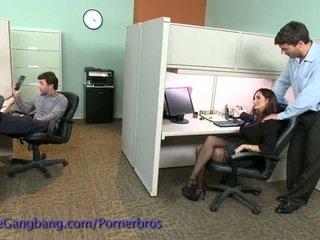 Coworkers spēks a double penetration par viņai