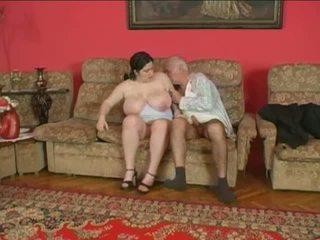 Mollig chick en ouder man