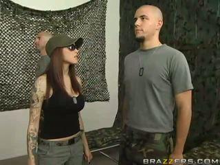 Krāšņa seksuālā krūtainas brunete pusaudze palaistuve does minēts uz the armija
