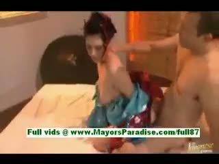 Saori hara uzbudinātas aziāti sieva uz gulta gets a minēts