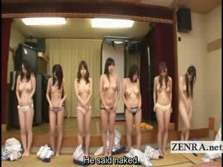 Subtitled קבוצה של יפני milfs stripping ל racing משחק מקדים