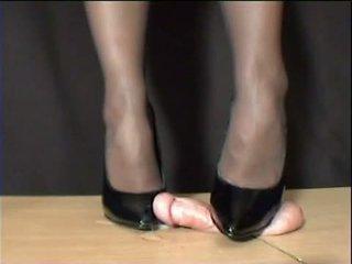 Perempuan simpanan arletta crushed dalam hitam stilettos