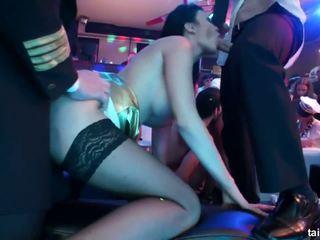 Išdykęs porno žvaigždė žįsti two dicks į klubas