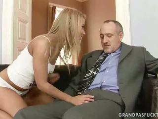 Grootvader fucks zijn jong vriendin