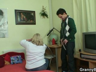 Milzīgs vecmāmiņa tastes viņa dzimumloceklis tad doggystyled