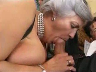 Grey-haired 奶奶 在 一 鋼棒
