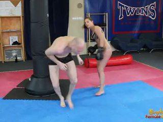 Ängel rivas beating loser genom den gym i boxning handskar