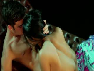 Gypsy goddess vrouwen receives stimulation van haar lover