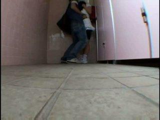 Jaunas paauglys molested apie schooltoilet
