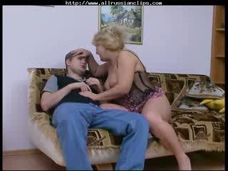 Μεγάλος όμορφος/η γυναίκα ρωσικό ώριμος/η rosemary ρωσικό spunk shots καταπίνοντας