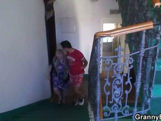 Perempuan tua adalah banged oleh an muda pickuper