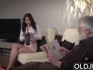 Alt jung porno sexy teen gefickt von alt mann auf die couch