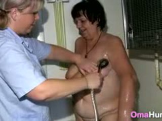 סבתא showered על ידי לסבית אחות