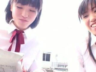 Aziatisch kinky student seduces haar verlegen lesbisch vriend
