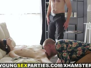 Jong seks parties - geblinddoekt verrassing threeway: porno 1a