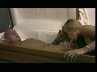 Uzbudinātas kuce bangs a vīrietis uz a zārks, bezmaksas porno c5