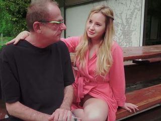 Adolescente hija follada para disturbing paso viejo papá desde