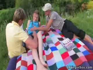 Đẹp virgin gets deflowered trong khi picnic