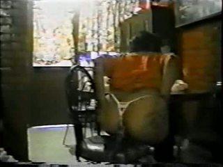 Mexicana asiendo alkollü con un palo de escoba