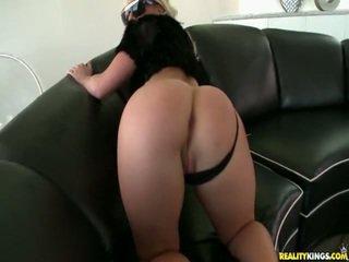 Kimmy shows off her ideal göt.