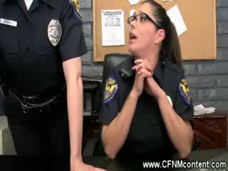 The policija frisk viņiem par rupjības dongs līdz zīst par pie the stacija