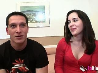 Giovane e magrissima lover fucks appetizing milf in anteriore di suo marito.