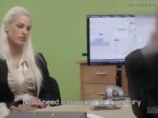 Adembenemend blondine met perfect lichaam offers agent seks voor