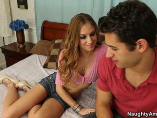 Viņa gets tas kad viņš spreads viņai kājas