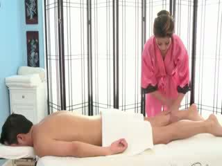 Sexy bruneta masseuse rubs dole