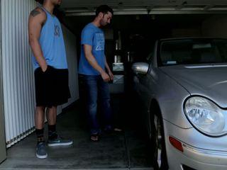Mechanic shows від його skills для 2 bros хто отримати wrenched