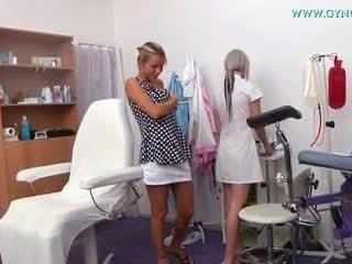 Blond jente went til henne gynecologist til regular eksamen