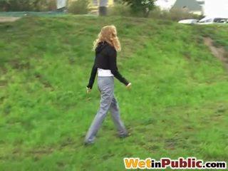 Tempo para a urinar em o rua com sexy jovem grávida nymph
