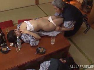 Sleaze arisa has henne japanska honung pot shaged av äldre guy