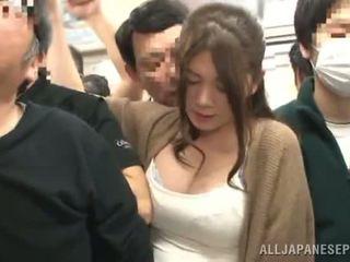 Sensuous เกี่ยวกับเอเชีย หญิง has fingered ใน a crowded รถไฟ