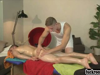 Guy gets massage van beste vriend